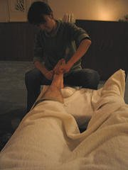 reflexology-foot-therapy-therapist-pressure-points